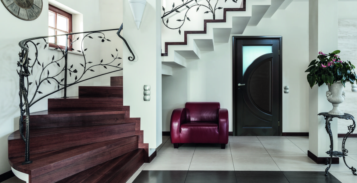 Classy house - Corridor with elegant stairs and armchair