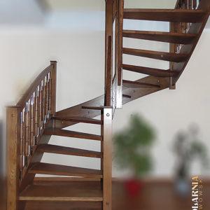 Drewniane schody z balustradą